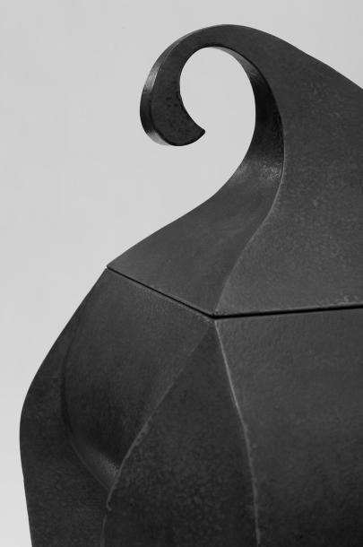 YVES PAGGART Coffre Métal laqué rouge n° 2/2. Création 2000. H_92 cm L_48 cm P_35...