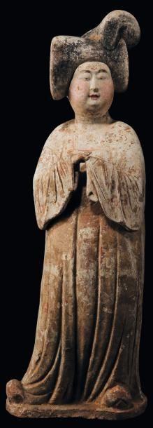 Statuette de dame de cour debout Terre cuite...