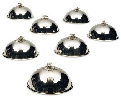 Sept cloches de service en argent de forme...