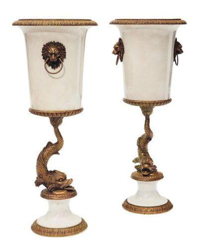 Paire de vases en céramique blanche à monture...