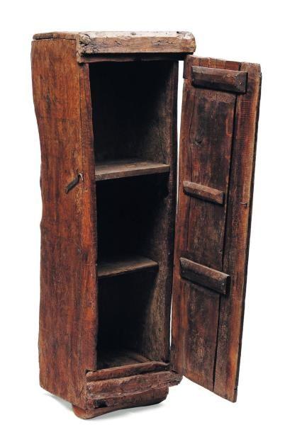 Armoire en bois brut ouvrant à une porte...
