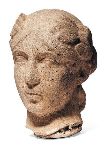 Tête d'une femme laurée en pierre sculptée...