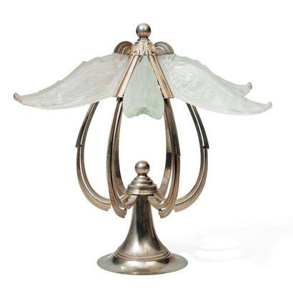 Lampe en métal argenté et verre dépoli. Style...