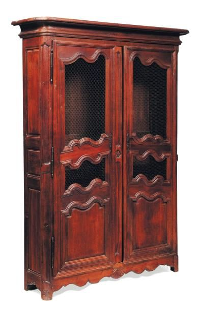 Armoire en chêne ouvrant par deux portes...