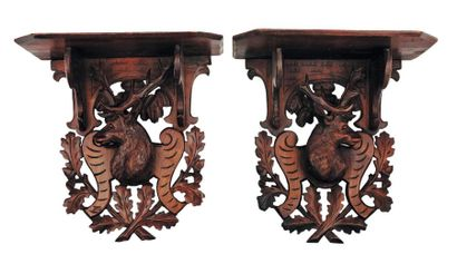 Deux petites consoles en bois sculpté à décor...