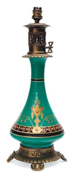 Lampe en porcelaine et bronze de style Napoléon...