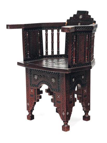 Petit fauteuil en bois, dans le style oriental...