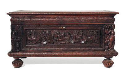 Important coffre en chêne sculpté. XVIIe...