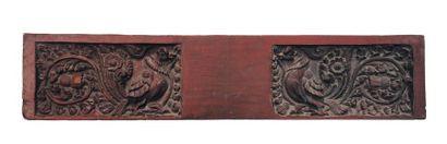 Relief en bois à décor sculpté d'oiseaux...