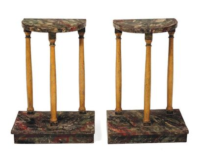 Paire de sellettes en bois peints à l'imitation...