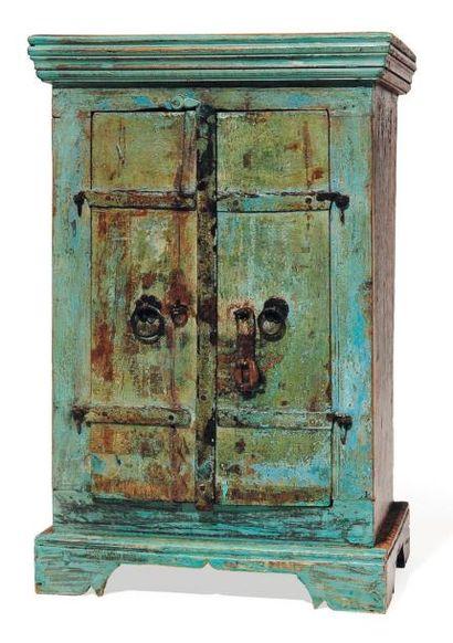 Petite armoire en bois peint en bleu, ouvrant...