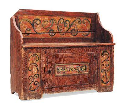 Coffre en bois sculpté et peint à décor de...