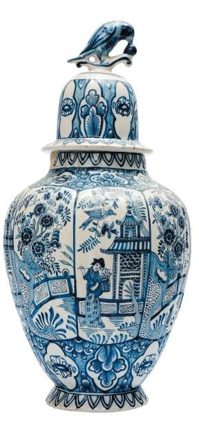 Vase godronné à décor de personnages dans...