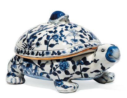Pot couvert en porcelaine figurant une tortue...