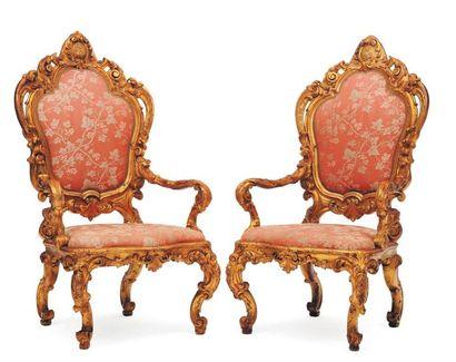Paire de fauteuils en bois sculpté ajouré...