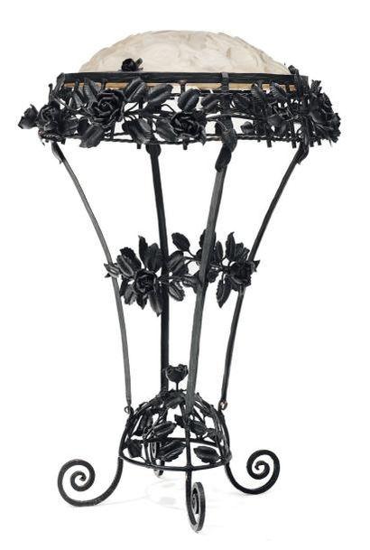 Lampe en fer forgé et verre à décor de roses,...