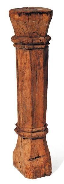 Sellette formée d'une colonne en bois naturel....