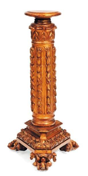 Sellette formée d'une colonne en bois sculpté...