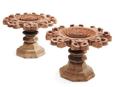 Deux médaillons en bois sculpté et leurs...