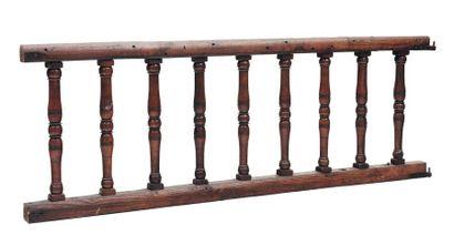 Lot de quatre barrières en bois, à colonnes...