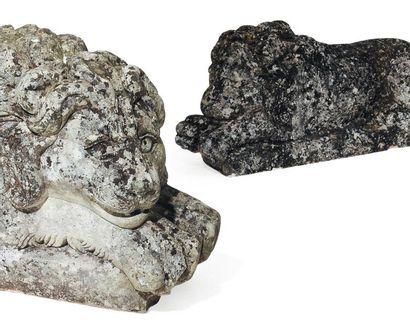 Belle paire de lions couchés en pierre sculptée...