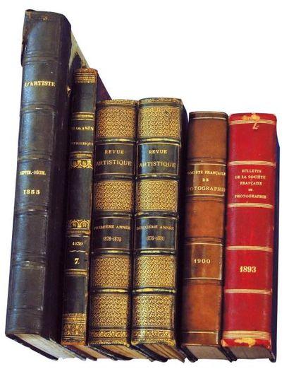 * Deux volumes avec des numéros de «Revue...