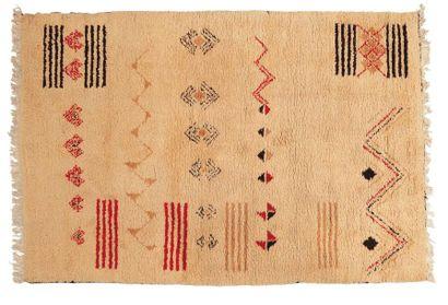 Tapis marocain en laine blanche à motifs....
