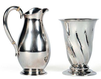 Ensemble composé de: Vase torsadé en métal...