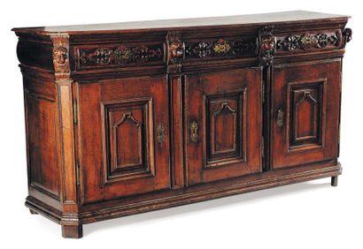 Buffet ouvrant à trois portes, en bois sculpté...