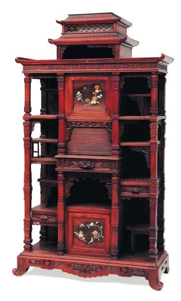 Armoire en forme de pagode. H_174 cm L_101...