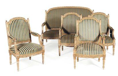 Quatre fauteuils et deux canapés en bois...