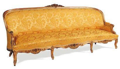 Grand canapé en bois doré à décor de fleurs...