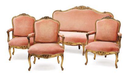 Salon en bois sculpté doré, un canapé et...