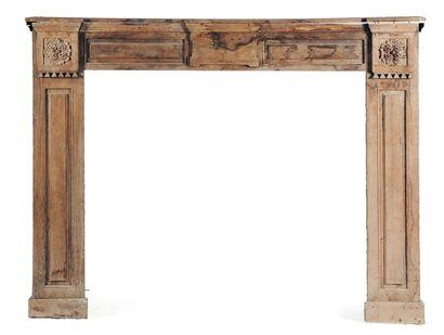 Cheminée en bois mouluré à décor de triglyphes...