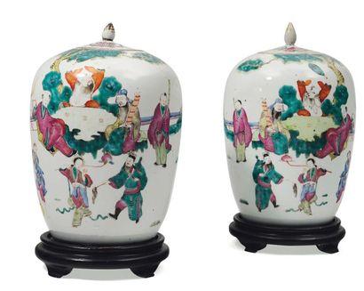 Paire de pots ovoïdes et couverts en porcelaine...