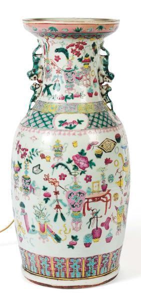Vase en porcelaine polychrome monté en lampe....