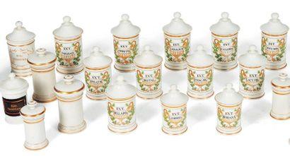 Suite de vingt six pots à pharmacie en porcelaine...