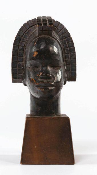 Roger FAVIN (1904-1990) Tête de femme africaine à la coiffe Sculpture sur bois en...