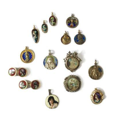 Ensemble de bijoux comprenant: 6 médailles...