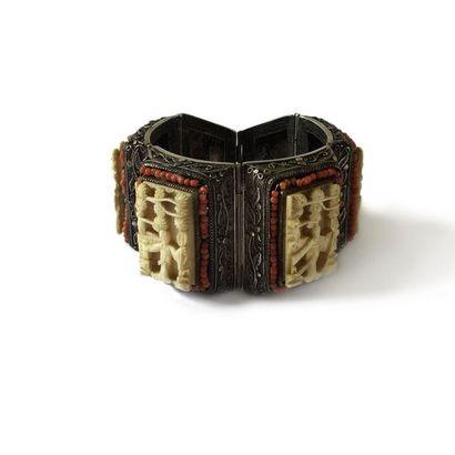 Bracelet en argent articulé de maillons rectangulaires ornés chacun d'une miniature...