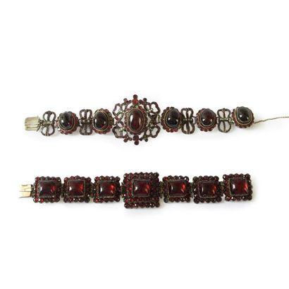 Suite de deux bracelets ornés de grenats: le premier en métal, articulé de maillons...