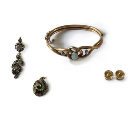 Lot de bijoux comprenant: une paire de puces d'oreilles en or 18K (poids: 1,6 g),...