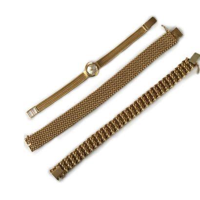 Ensemble de bijoux en or 18K (750) comprenant: deux bracelets souples, l'un articulé...