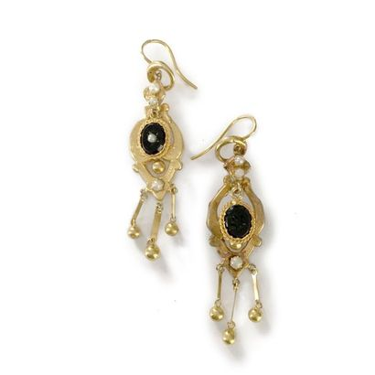 Paire de pendants d'oreilles en or 18K (750), chacun orné d'un petit onyx et de...