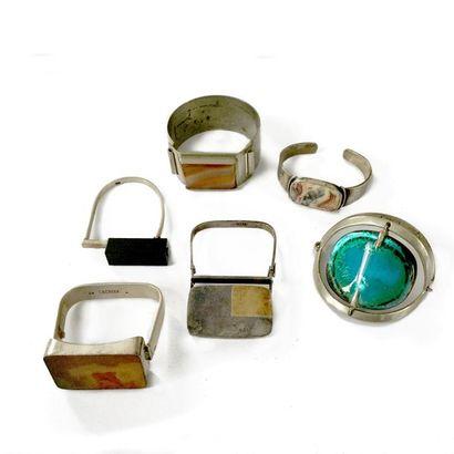 Ensemble de 6 bracelets en argent: le premier ouvrant, orné d'une agate zonée; le...