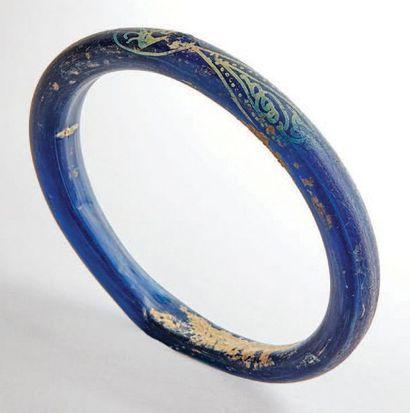 Lot de deux bracelets en pâte de verre bleu...
