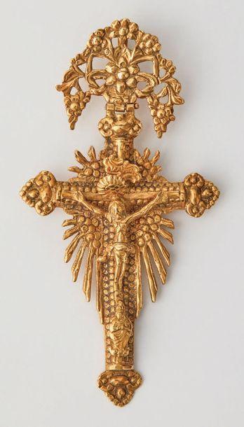 Croix-pendentif en or articulé. Attache en...