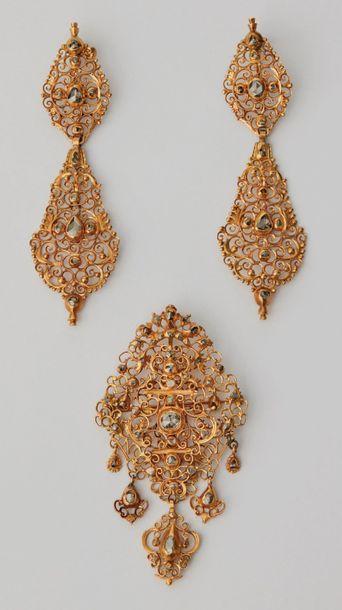 Parure en or et diamants composée d'une paire...