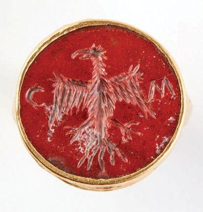 Bague sceau en or et jaspe. Intaille circulaire sertie figurant un aigle aux ailes...