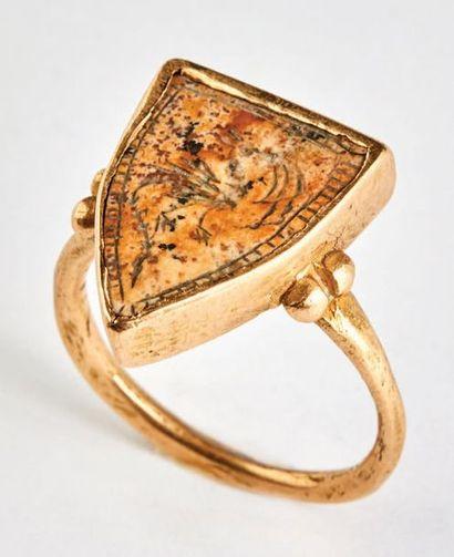 Bague en or et jaspe avec inclusions brunes....